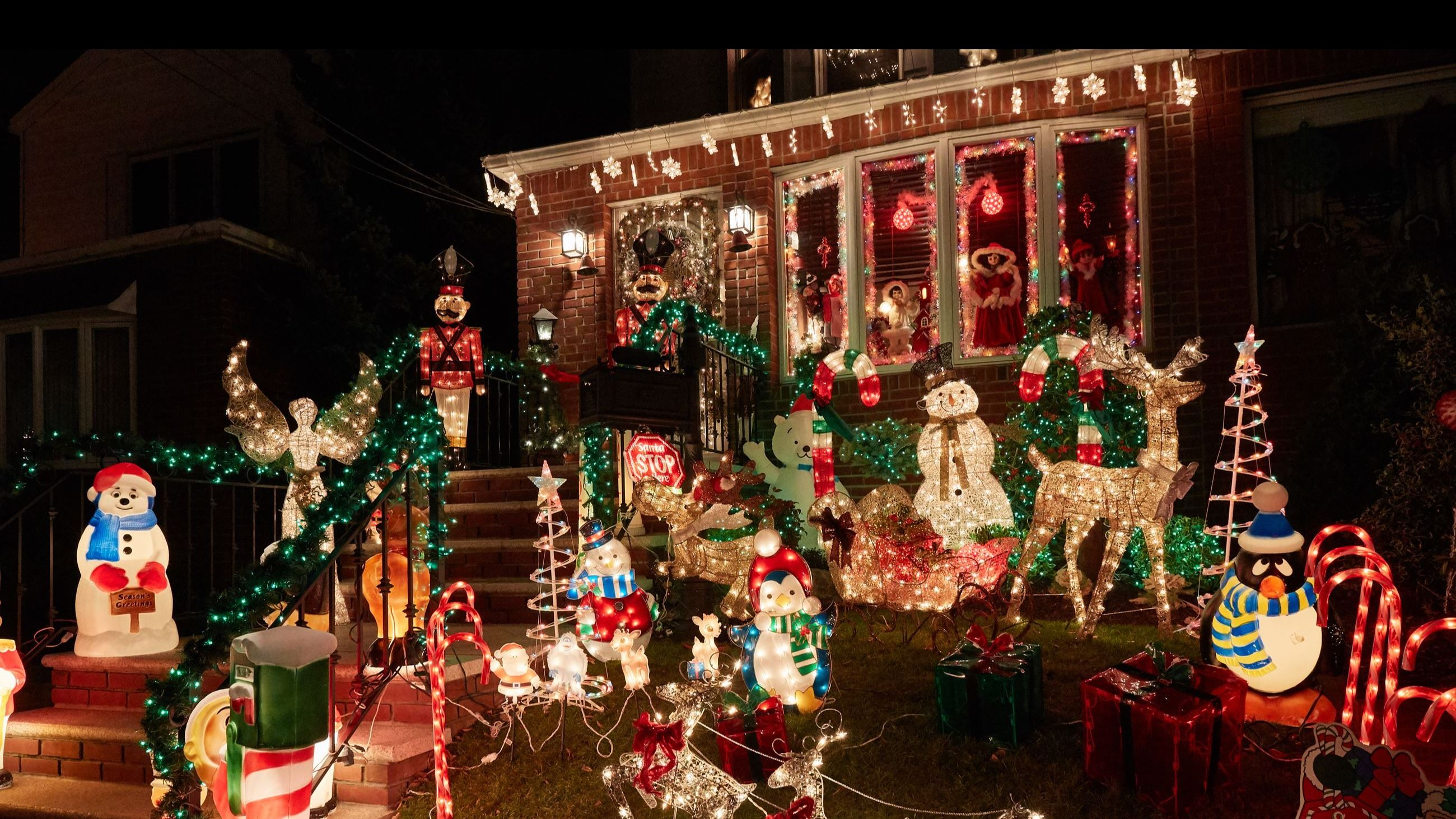AdobeStock_225732967 - home decorated for the holidays
